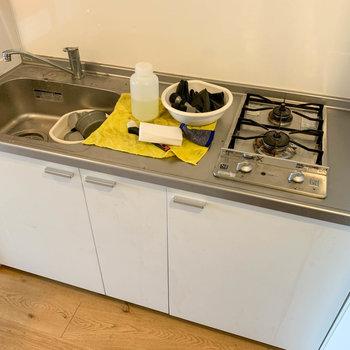 二口ガスコンロのキッチンです。※写真はクリーニング中のものになります。