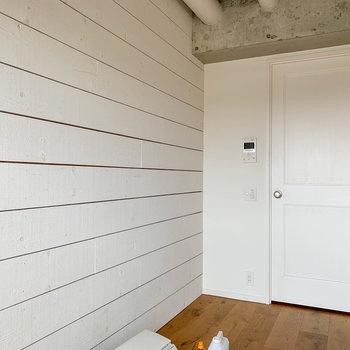 扉側の壁はウッドの素材感※写真はクリーニング中のものになります。