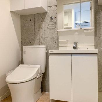 洗面台の左側にトイレがあります。※写真はクリーニング中のものになります。