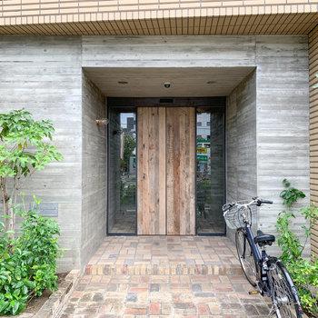 入り口はこちら。ウッドの扉がグッドです。