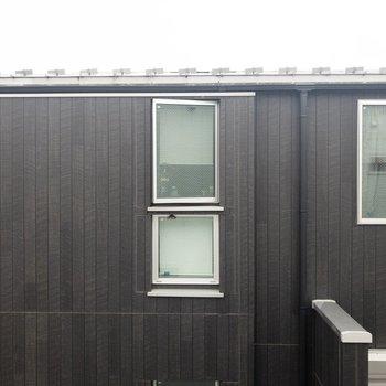 キッチン横の窓からの眺めはお隣さん。