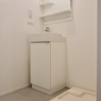 【2F】洗面台はシンプル。となりには洗濯機置場が。