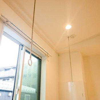 【3F】窓の近くには物干しフックが付いています。