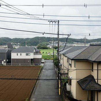 南側の窓からの眺めはご近所さんの屋根。