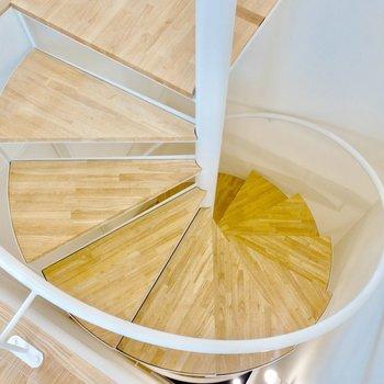 無垢の螺旋階段がぐるぐると。