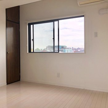 【9帖】こちらのお部屋も、昼間は電気をつけなくて良さそうです。