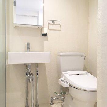 浴室から、ドアを隔てて洗面台とトイレ。