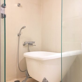 こちらは浴室。あれ...?