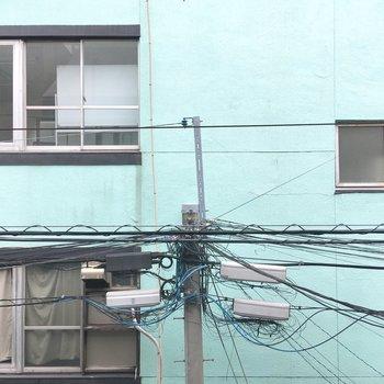 向かいにはミント色の建物。爽やかだ。