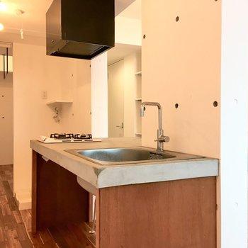 キッチンの左横に冷蔵庫と洗濯機を置くスペースがあります。