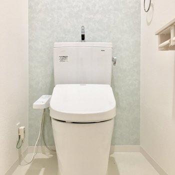 トイレには爽やかなブルーのクロス。