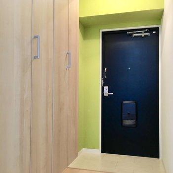 玄関は黄緑カラーで明るい空間に。