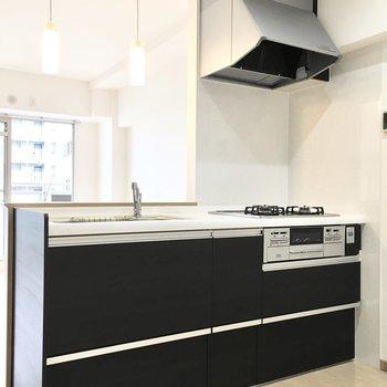 キッチンは黒でシックな雰囲気に。