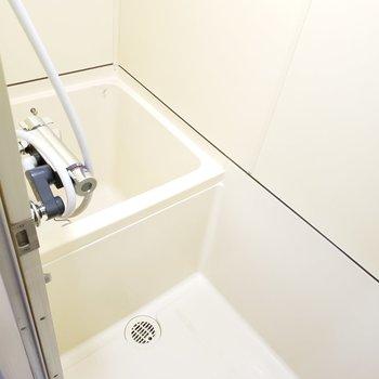 キッチンが広めな分、バスルームはかなりコンパクト!
