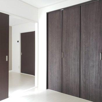 扉の色はダークな色で統一★