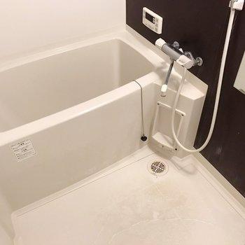 お風呂には追焚機能&浴室乾燥機付き!(※写真は清掃前のものです)