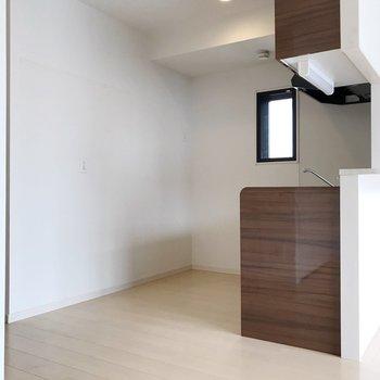 キッチンには小窓。壁際に冷蔵庫や食器棚を置けます。(※写真は清掃前のものです)