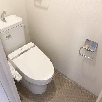 トイレはウォシュレット付き。上には棚があります。(※写真は清掃前のものです)