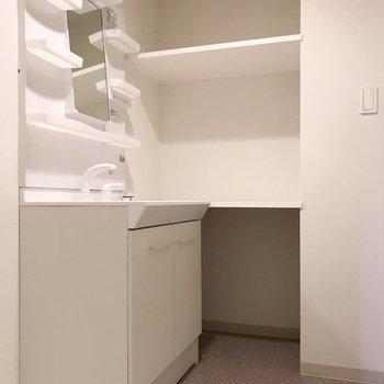 どっしり洗面台で朝の支度もラクラク!棚が便利なんだよな〜(※写真は清掃前のものです)