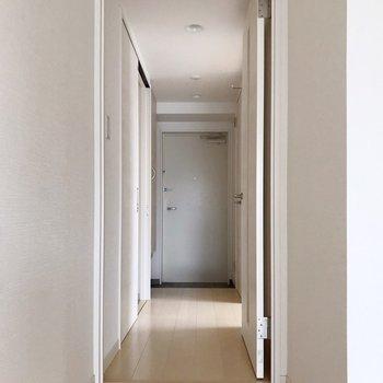 廊下側に洋室と水回り。(※写真は清掃前のものです)
