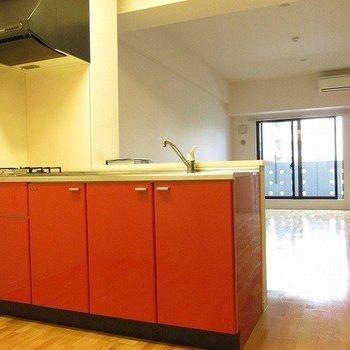 キッチンの色が映えますね。
