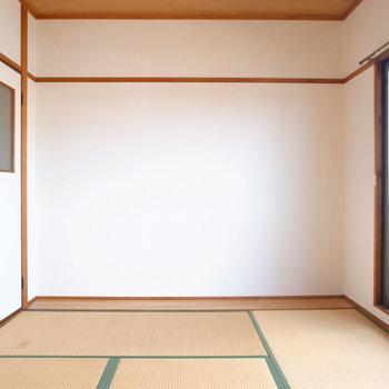【和室(ベランダ側)】写真奥にはスリムな板の間があります。