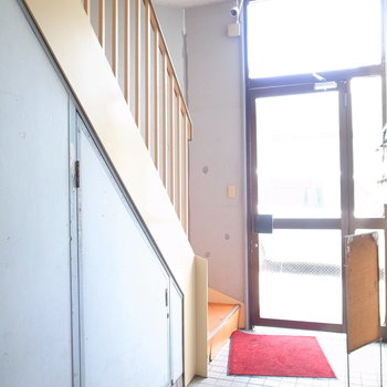 【共用部】お部屋までは階段で上がります。