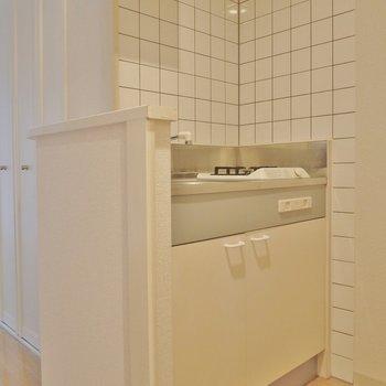 コンロ上にも物置棚があります(※写真は5階の同間取り別部屋のもので家電は見本です)