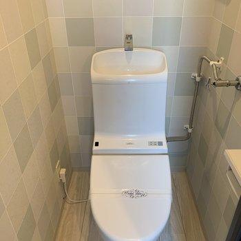 トイレはデザインクロス!ウォシュレット付きのいいやつですね