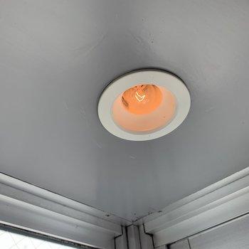 出窓にダウンライト◎夜には心地よい光で照らしてくれます