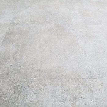 床はコンクリ風なタイル風な・・☆