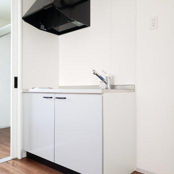 キッチン横には小さめの冷蔵庫なら置けるかな〜(※写真は通電前のものです。)