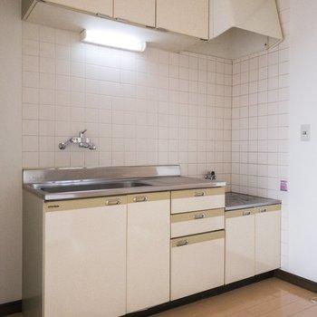 そのお向かいにはキッチン。冷蔵庫は隣に置けそうです。