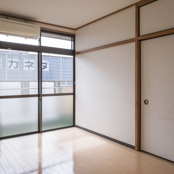 入り口から見えないので、ベッドを置くなら右手の壁かな。
