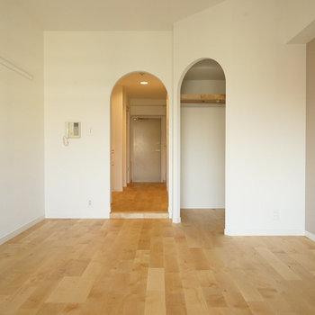 ダブルアーチ!※写真は同間取り、別部屋の写真です。収納内はクッションフロアです。
