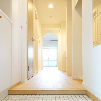 玄関も白タイルに※写真は同間取り、別部屋の写真です