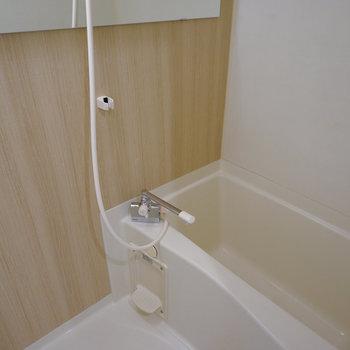 お風呂は浴室一面アクセント、水栓と鏡を交換※写真は同間取り、別部屋の写真です