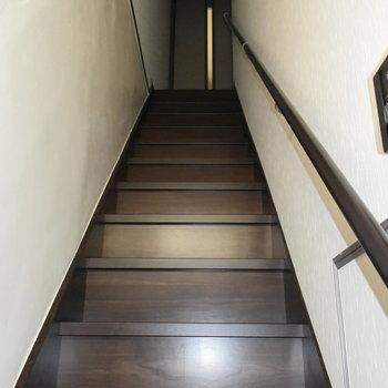 この階段の先にお部屋があります