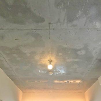 天井はコンクリ仕様。このクールさがたまらない。※写真は601号室のもの