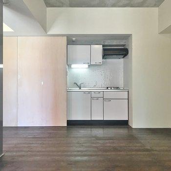 キッチンは隠せるタイプ。※写真は601号室のもの