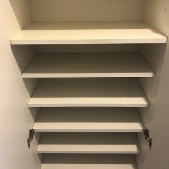 高さ調整可のシューズBOX。※写真は3階の同間取り別部屋のものです