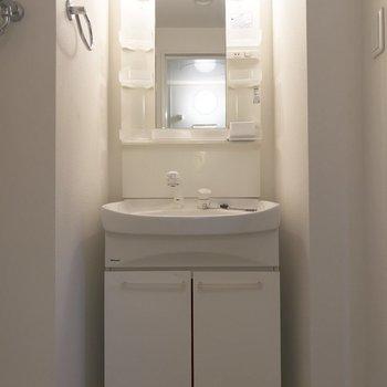 鏡のよこに収納あり!※写真は3階の同間取り別部屋のものです