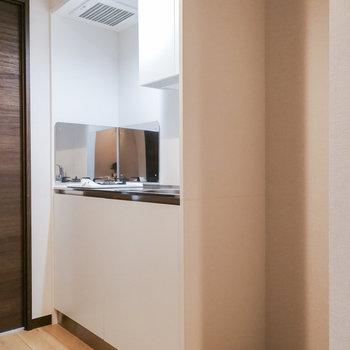 キッチンもシンプルな色合い。※写真は3階の同間取り別部屋のものです