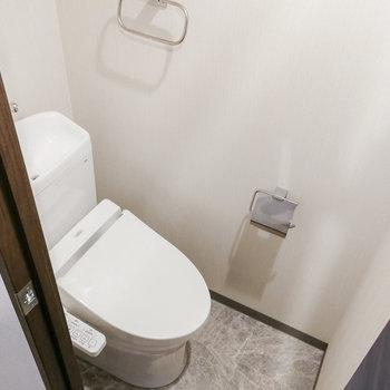 トイレは独立!備品も上に置けますよ。※写真は3階の同間取り別部屋のものです