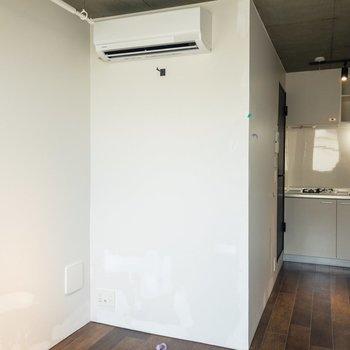 エアコンの下にはテレビが置けそう。※写真はクリーニング前のものです