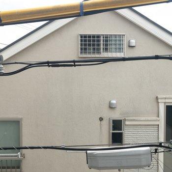 窓からの眺めはご近所さん。