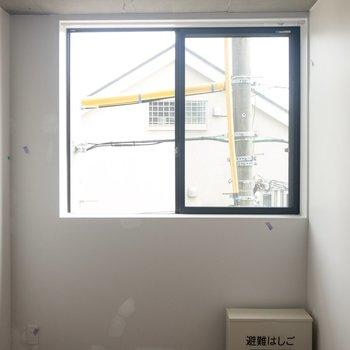 窓際にベッドを置こうかな。※写真はクリーニング前のものです