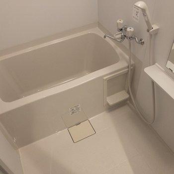 バスルームは綺麗ですね。※写真はクリーニング前のものです