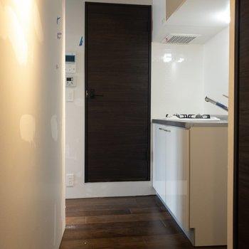 玄関からキッチンまで。扉の向こうはサニタリー。※写真はクリーニング前のものです