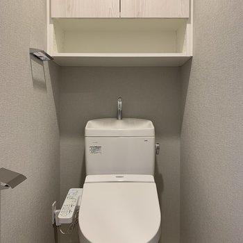上部の棚、掃除道具が置けて便利そうですね。